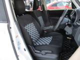 シート色は黒色です、レバー操作で高さを変える事が出来ます&適度に身体をサポートしてくれる形状のシートでロングドライブでも疲れにくいです。
