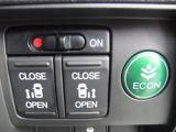 ボタン1つで後部座席側のスライドドアを操作することができます。