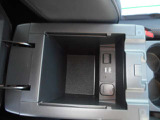 コンソールボックス内にはシガーソケット、USB充電装備です
