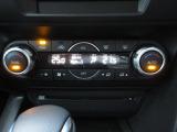 デュアルエアコン。運転席と助手席で独立して温度を調節することが可能です。それぞれを独自にコントロールできることで、あらゆる季節やシーンで快適な室内環境をご提供します。