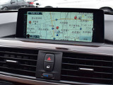 純正HDDナビゲーションは大型ワイド液晶画面を採用。画面の見やすさは勿論、オーナーに代わって消耗部品の管理など、車両のあらゆる情報を表示します。iドライブを中心に操作方法は安全かつ的確に操作可能です。