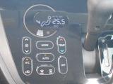 オートエアコンです。温度調整・風量調整も自動でしてくれますから想像以上に便利な装備です☆