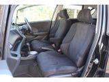 広々とした運転席回り。窓が広く視界も良好です。