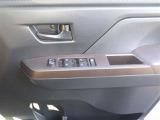 パワーウインドウスイッチです。運転席にいながら、助手席や後席の窓を開け閉めできるので便利ですよ♪