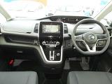 前席はウォークスルーなので、運転席と助手席と後席へと移動する事ができます。