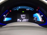 《リーフメーター》100%電気自動車ならではのスピードメーターなどはデジタルでとても見やすくなっています