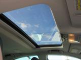 サンルーフを装備しています。ちょっとした空気の入替ができるようにチルトアップ機能が使えます。室内から星空を眺めるロマンチックな夜のドライブも楽しめますよ!車の中から星空を眺めませんか?