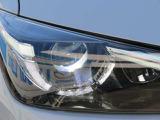ヘッドライトはLED、透明感のある光を放ちます