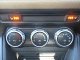 車内の設定温度を保つよう風量や吹き出し箇所を自動調整するフルオートエアコンを採用。花粉フィルター付ですので運転に集中できる室内環境を実現します。
