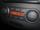 オートエアコンが装備されており夏は涼しく冬は暖かくする事が可能ですので快適です♪