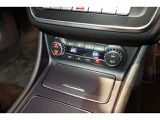 運転席・助手席で独立して温度設定が可能なクライメートコントロール。