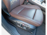 フロントシートは電動シートで、運転席側にはメモリー機能付きシートスイッチなので、ボタン一つで元の位置に戻ります。