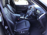 電動フロントシートでは運転席、助手席ともフルリクライニングで、バックレストの角度、シートの前後、角度、高さの調節が可能。あと運転席メモリー機能を備えており、シートおよびドアミラーの位置を記憶できます。