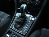 エンジンスタートボタンはシフトレバー横に配置されています。