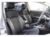 フロントシートは前方をしっかりと見渡せるよう、座面を高めに設定。