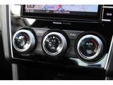 左右独立温度調整機能付フルオートエアコン。乗る人それぞれの体調や温感の違いに合わせて運転席・助手席で別々の設定が可能です。