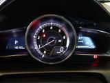 中央の大型円形メーターと左右のデジタルディスプレイで車の情報をグループ分けをし表示。すっきりと見やすいメーター表示を実現しています。