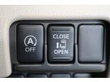 アイドリングストップ(左):一定の条件下で自動的にエンジンが停止する仕組み。「燃費」と「環境」への配慮を実現した機能です。電動スライドドア(右):運転席のスイッチでも開閉ができるので、とっても便利です