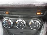 余計な操作の手間が無いフルオートエアコン。お好みの温度設定をすれば快適な室内で運転ができます。運転席・助手席にはシートヒーターが装備。