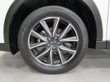純正アルミホイールは精度が高く、走行の安定性が優れています。タイヤサイズは225/55R19です。