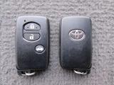 スマートキーをポケットやバッグに携帯していれば、キーを取り出すことなくドアハンドルのセンサー部に触れるだけで解錠・施錠が出来ます。