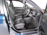 大きく開くフロントドアは乗り降りがしやすく、自然で楽な運転姿勢で長時間運転していても疲れにくいフロントシートです。