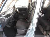 質感のある座り心地の良いモケット素材のフロントシート。