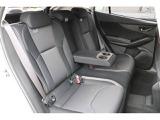 使いさすさ追求、後席シートもゆったり座れます更にひじ掛けもにもドリンクホルダーがあるのでとても便利です、後席の方へも楽々ドライブを!!