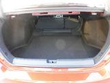 後席シートは前方に倒す事ができ長尺物が積めます。