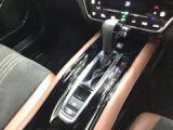 ガソリン車専用ストレートタイプATセレクトレバー。電子制御パーキングブレーキも装備しています。