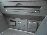 メーカーオプションのCD/DVDプレーヤー&TVチューナーが装備されています
