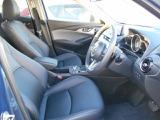 運転席は電動シートになっています。微妙なポジション調整が可能なのは電動シートならではです。
