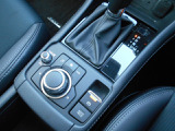 電動のサイドブレーキは手動式の他にオート機能付きのサイドブレーキも装備しています。