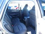 リアシートは座面が広くて長時間のドライブでも快適です☆