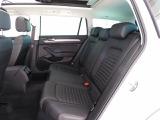 後席:身体にしっくりと馴染む適度な固さのシートや、より広くなったレッグスペースなどが心地よい時間を乗る人すべてに提供します♪