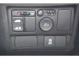 パワースライドドアの制御スイッチは運転席の右側、手の届きやすい位置にあります。