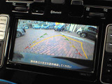 シフトレバーを「R」に入れると、自動的に車両後方がカラーでモニターに表示される。また、ステアリング操作に連動した予想進路線が表示されるので、駐車時などでも安心。