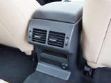 後席の方用エアコンダクト、12V電源ソケットも装備されています。