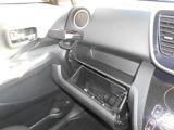 グローブボックスには車検証入れ等をいれられます。収納式のカップホルダーは運転席側にもございます。