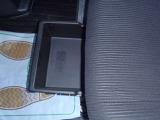 助手席シート下にも収納スペースがあります。