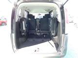 サードシートを跳ね上げるとラゲッジスペースが広がります