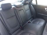 後部席は広さが確保され長距離ドライブも疲れにくく、快適です。