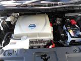 電気自動車ですのでモータールームです。ヘッドカバーのように見えるのはインバーターユニットです。起動用の12Vバッテリーを備えています。
