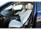 フロントシート左右に三段階調整のシートヒーター&メモリー付き電動シートが装着されています。