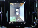 バックカメラとバックセンサーの併用で後退時の安全確認ができます。