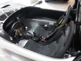 インテリアカラーはブラック 乗り降り方法はボディサイド部をまたいで乗り降りします。