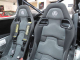 シートはフルバケットシート 材質はアルカンタラを採用しコーナリング時も滑りにくくなっています。