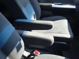 フロントシートにはアームレストが装備されています!