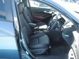 【運転席】運転席のシートは体をすっぽりと包みこんでくれるシートです!長時間の運転でも疲れにくいですよ♪