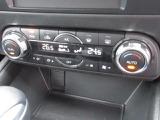 運転席と助手席それぞれお好みの温度に設定できる、オートエアコンを装備しています。